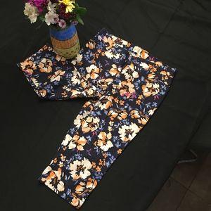 St. John's Bay capri pants w/flowers. Size 12 EUC